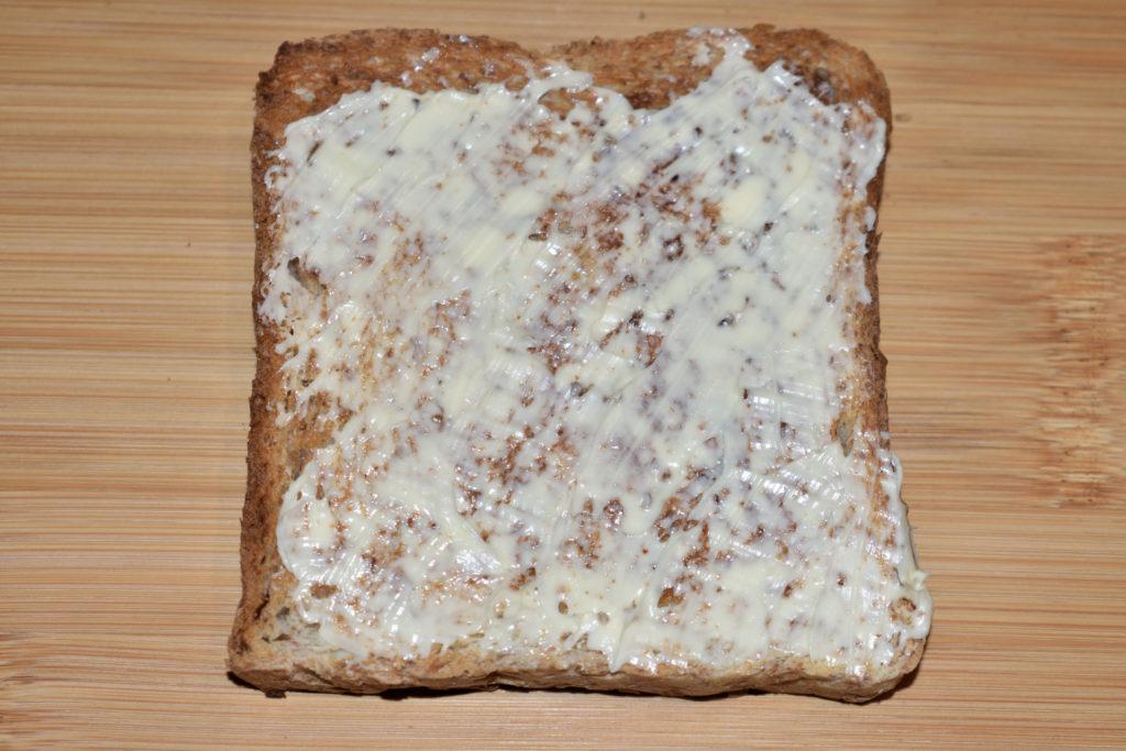 Pizzatoast mit Zucchini - so wird's gemacht... | Schritt 1: Streiche das Toastbrot dünn mit Margarine (vegan) oder Butter (vegetarisch) ein. Achte bitte auf eine gleichmäßige Verteilung.