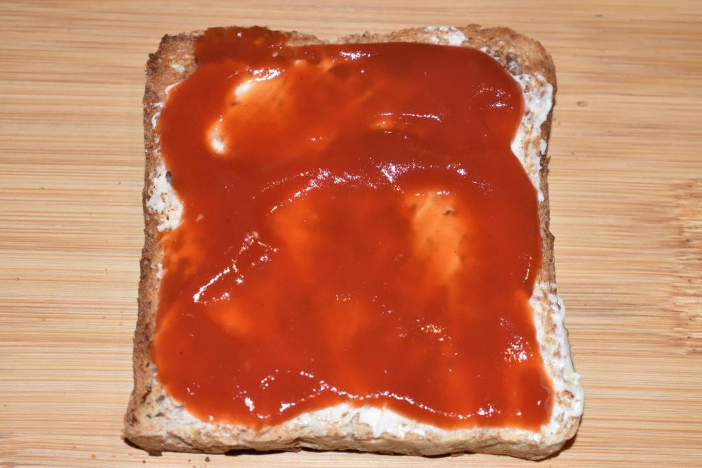 Pizzatoast mit Zucchini - so wird's gemacht... | Schritt 3: Jetzt dasselbe in grün (ähem rot) mit dem Gewürzketchup. Nimm eine Sorte ohne Stückchen, das sieht einfach besser aus.