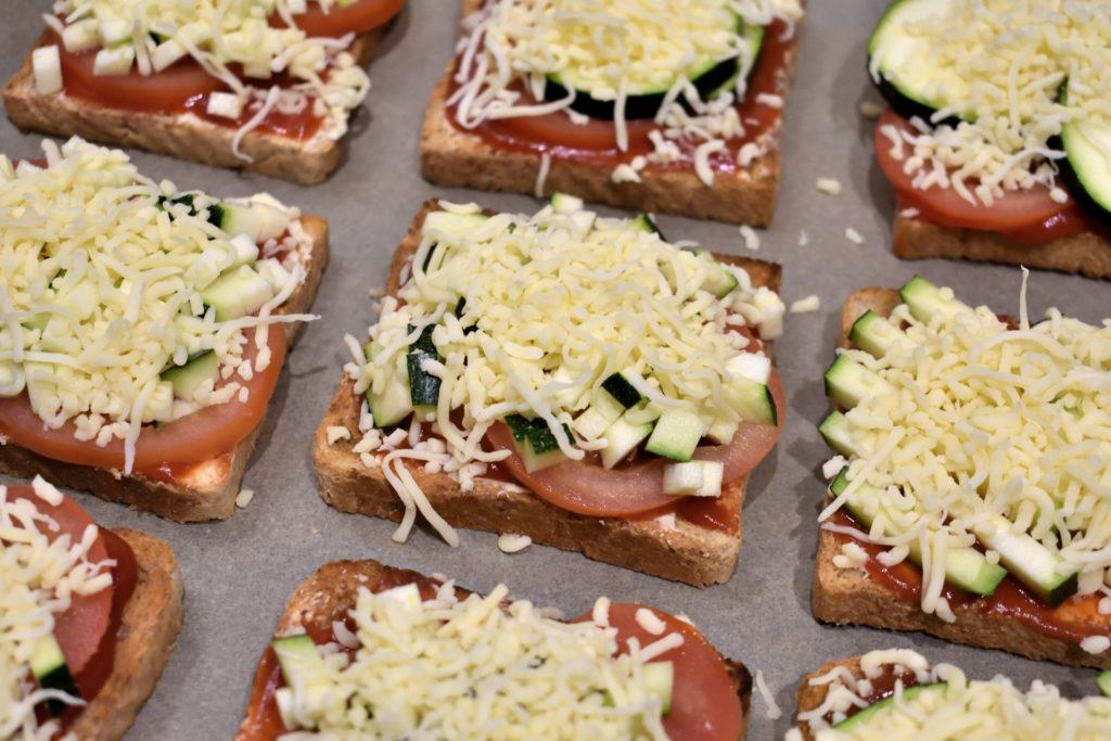 Uuuund ab in den Ofen! | Da möchte man am liebsten gleich reinbeißen... Aber ein wenig Geduld lohnt sich! Gebacken schmeckt der Pizzatoast doch einfach besser (ja, isso). :-)